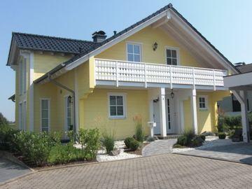 Einfamilienhaus mit Holzverkleidung frisch gestrichen in Gelb von Malermeister Sascha Wevers in Neunkirchen-Seelscheid (53819) | Maler.org