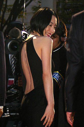 深津絵里背中がぱっくり開いたドレス