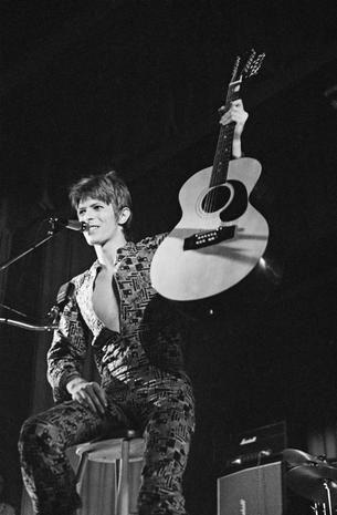 David Bowie sul palco nel 1972