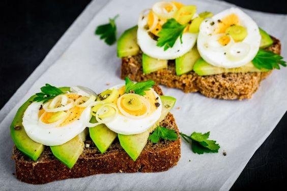 Sándwich con aguacate fresco y huevo ~ Reto de 30 días Fitness