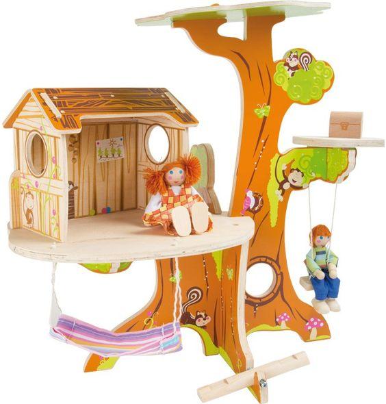 Der Traum eines eigenen Baumhäuschens kann jetzt auch im Kindezimmer wahr werden! Die zwei Biegepuppen, die es schon bewohnen, freuen sich darauf mit ihren neuen Spielgefährten in den Bäumen zu klettern, in der Liegematte zu entspannen oder auf der Wippe zu spielen. Der Baumstamm ist sehr stabil, sodass das Baumhaus nicht herunterfallen kann und auf seinen unterschiedlichen Etagen alles dort bleibt wo es sein soll.  ca. 31 x 22 x 39 cm