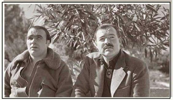 Enrique Lister y Hemingway en el frente del Ebro foto de Capa