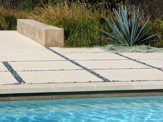 plage de piscine en dalles et gravier décoratif gris