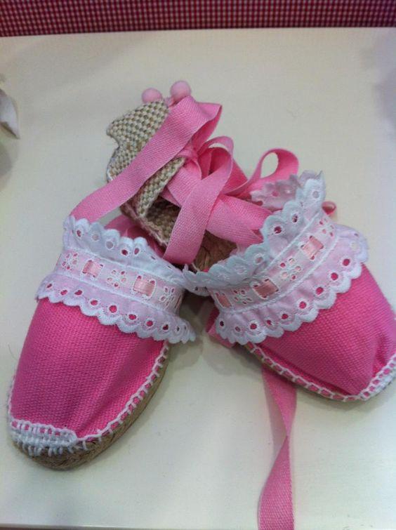 Alpargatas en rosa con puntilla