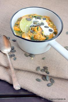 Kürbis Curry schnell und einfach mit diesem leckeren Rezept nachgekocht. Mein Herbst-Rezept wird abgerundet mit Linsen und Kokosmilch