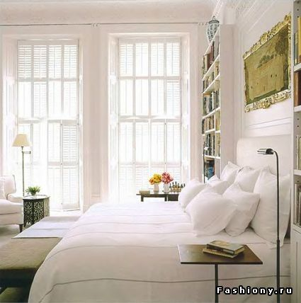 bookshelves in bedroom - awesome;) plus whole-wall window.