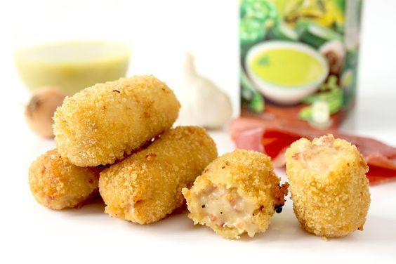 Croquettes de Jambon Serrano  -50g d'huile d'olive -1 oignon ou deux petites échalotes -1 gousse d'ail -100g de jambon Serrano -60g de farine -500ml de lait demi-écrémé -sel, poivre -noix de muscade -1 demi cube de bouillon de volailles ou de légumes -farine pour former les croquettes -chapelure -2 oeufs -huile d'olive pour friture