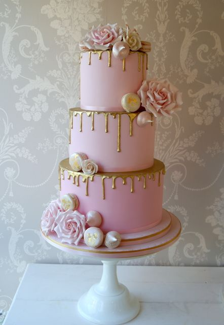 Pink and gold drip wedding cake from Buttercup Cakes #sweet16cakes Pink and gold drip wedding cake from Buttercup Cakes pastel de quince