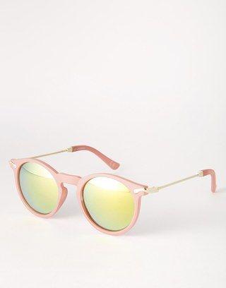 Kein Sommer ohne Sonnenbrille! Nicht nur, dass sie die Augen vor dem aggressiven Sonnenlicht schützen - die Sonnenbrillen-Trends 2016 werten auch JEDES Outfit auf...