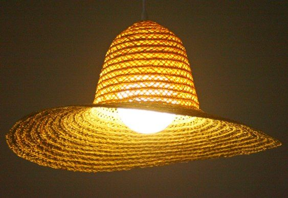 Luminária com chapéu de palha, designers portugueses Hugo Silva e Joana Santos: