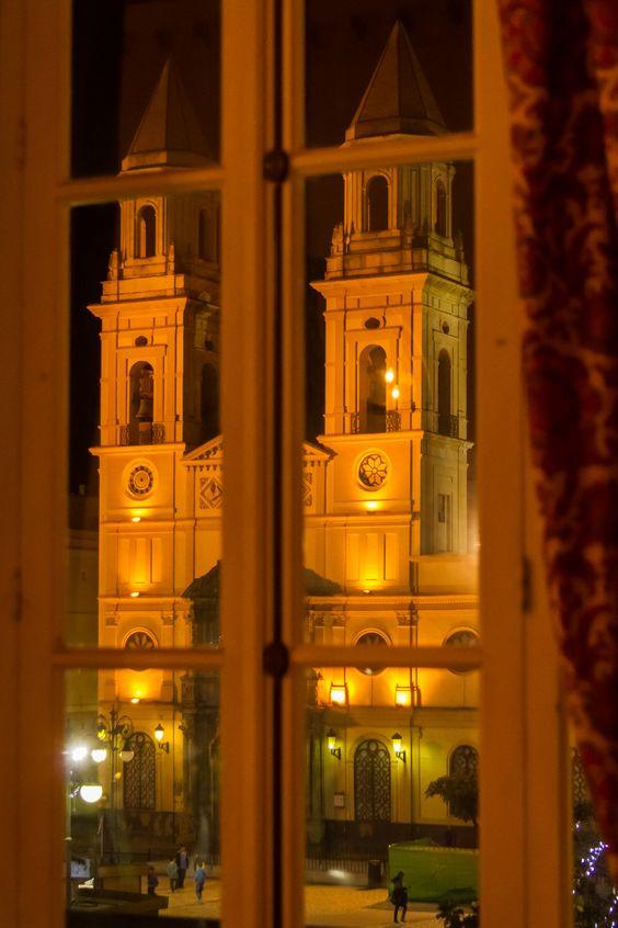 CÁDIZ. TRAS LOS CRISTALES | Plaza e iglesia de San Antonio desde el interior de la Casa de Aramburu.