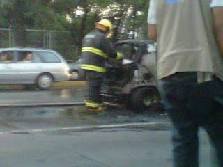 Se incendia carro en López Mateos(4)  12/06/2012