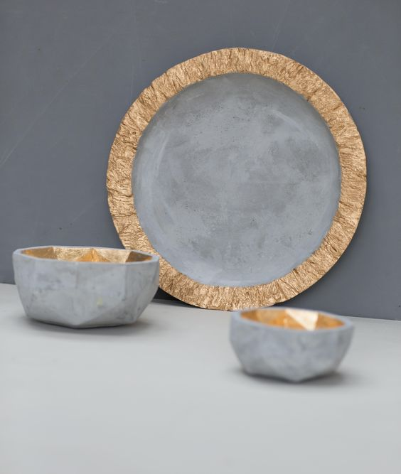 Add glamour to your everyday living with this plate with gold ruffle edge. Ideal for displaying potpourri or use as a table centerpiece with candles.  Made from concrete.  Dimensions: 35cm diameter