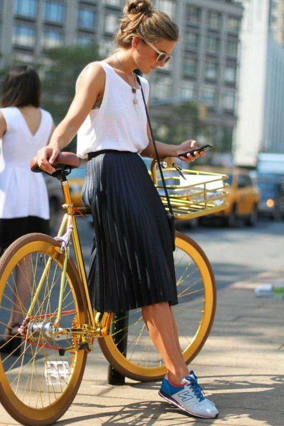 jupe mi-longue noire, femme avec lunettes de soleil, vélo,marcher sur la rue