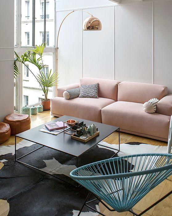 Un canapé rose / millennial pink sur le blog Inside Closet