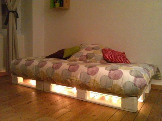 une palette lit clair e par une guirlande lumineuse. Black Bedroom Furniture Sets. Home Design Ideas