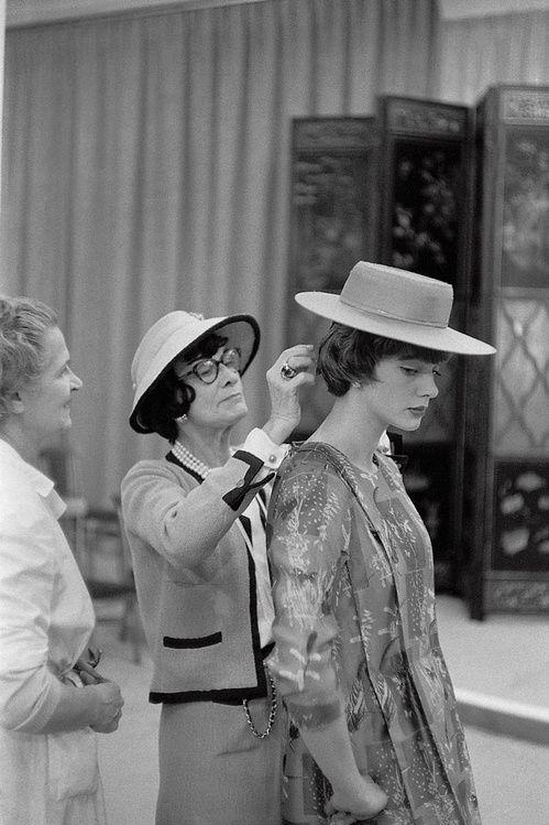 Coco Chanel dans son atelier de la rue Cambon