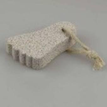 Eelt  Na een lange winterperiode is een goede scrubbeurt voor de #voeten noodzakelijk. Gebruik hiervoor gewoon een product dat ook geschikt is voor je lijf. Maar je kunt het ook zelf maken: neem wat olijfolie, meng met een druppeltje amandelolie en een kopje suiker. Plekken die wat meer moeten afzien, zoals de hielen, verdienen extra aandacht. Verwijder de restjes met lauw water. Wanneer je #huid nog vochtig is, kun je harde deeltjes en #eelt verwijderen met een puimsteen.