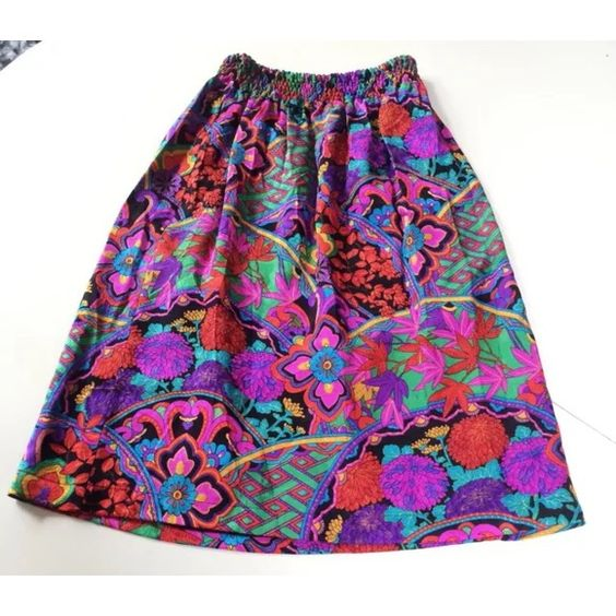 """Diane Freis vintage pink 80s skirt This is a very fun 100% silk skirt by Diane Freis. It is true vintage, most likely the 80's. dry clean only. Looks like someone ripped the tag off. This piece is in excellent like new condition.  Waist: 10""""-20"""" Hips: 21"""" Length: 24.5"""" Diane Freis Skirts Midi"""