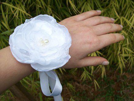 Corsage com Flor Branca de Renda