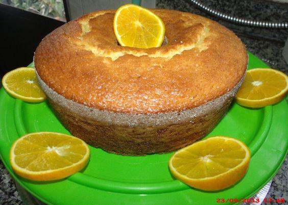 2 laranjas pêra médias  - 3 ovos  - 2 xícaras de açúcar  - 1/2 xícara de óleo  - 2 colheres de chá de essência de baunilha ou laranja  - 2 xícaras de farinha de trigo  - 1 colher de sopa de fermento em pó  -