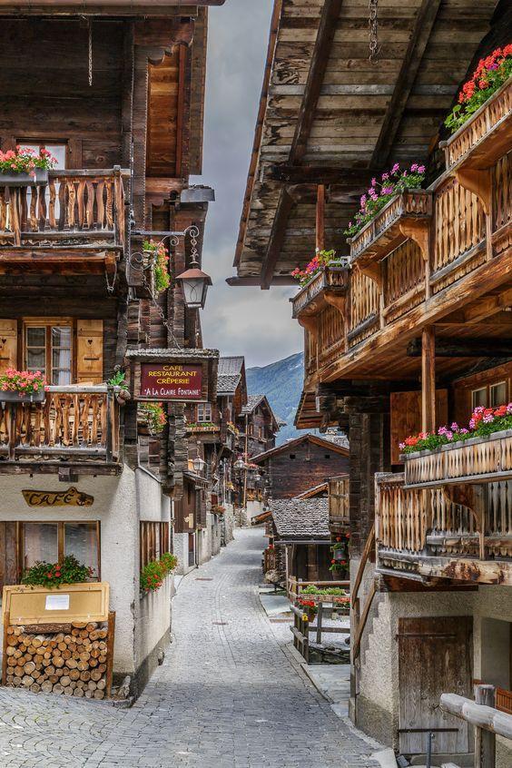 Старият град Гримен, Val d'Anniviers, Швейцария.  Обичам да намеря тези малки, очарователни села за разкази.