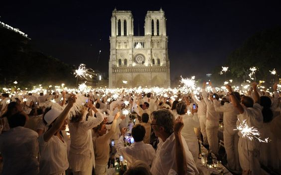 Diner en Blanc Paris.  If this ever comes to Boston, I want to participate.