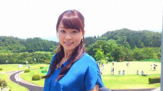 本田朋子真っ青のシャツを着て可愛い笑顔