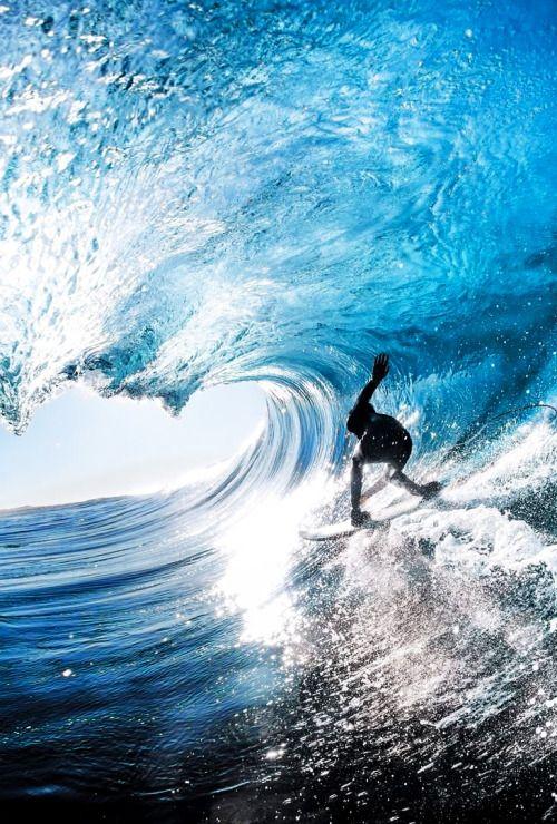 竜のような波とサーフィン
