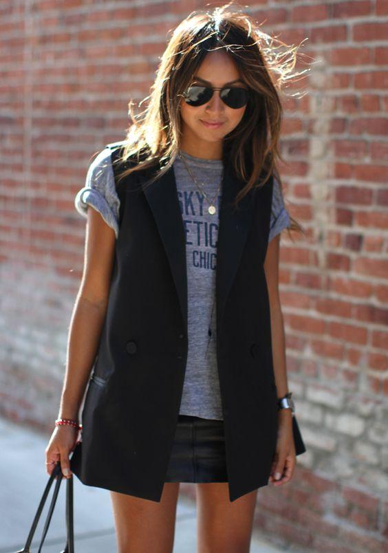 O colete cria uma linha vertical que, em contraste com a blusa mais clara, afina a silhueta.: