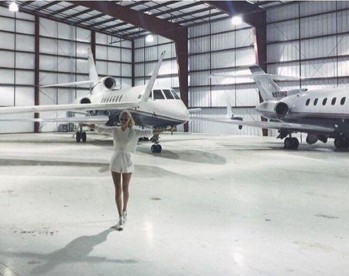 """Một tiểu thư nhà giàu thậm chí còn đăng ảnh với dòng trạng thái """"Nên chọn cái nào cho ngày hôm nay"""" - Không phải xe hơi mà là một trong hai chiếc phi cơ riêng!"""