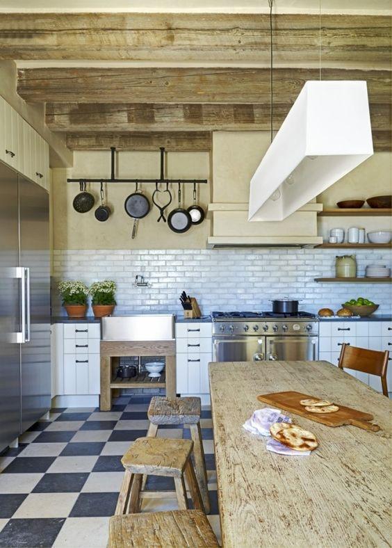 Rustikale Küche Geschirr hängend Küchenrückwand mediterran Hocker ...