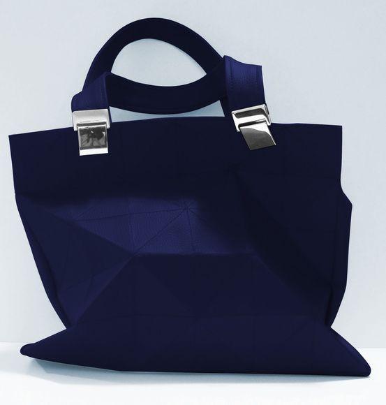A bolsa da marca Tissu é baseada em origami. Quem disse que bolsa tem que ter o mesmo formato sempre? Ela pode ser totalmente moldável para quem está usando. Criar novas formas e voltar a forma original sem problemas. R$ 170,00