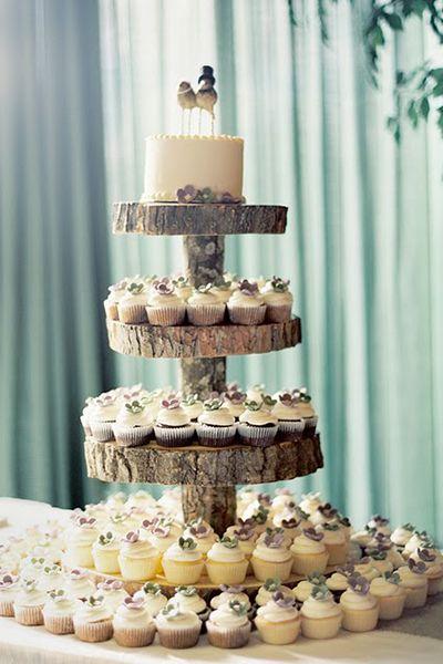 Bolo de casamento com cupcakes. #casamento #bolodosnoivos #cupcakes: