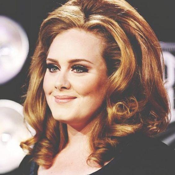 """A caminho de recorde, o novo álbum da cantora britânica Adele, """"25"""", vendeu 2,3 milhões de cópias nos três primeiros dias após seu lançamento no mercado norte-americano."""