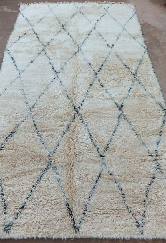 Langsam aber sicher wird mein Teppich-Fimmel immer schlimmer. Erst die Flickenteppiche, dann der Kelim-Trend und jetzt Beni Ourain (auch Beni Ouarain)! Beni was? Marokkanische Woll-Teppiche mit Rautenmuster. Ich weiß nicht, ob es mit meinem Sternzeichen Stier zusammenhängt, dass mich vor allem besonders exklusive Dinge in hoher Preislage ansprechen. Aber so ein handgewebter Flausch-Teppich aus naturbelassener Wolle ist eben kein Schnäppchen. Das Rauten-Muster darf ruhig ein bisschen…