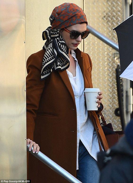 Head Scarf Style. Anne Hathaway wearing a head scarf. | Lenço na Cabeça. #headscarf #headcrafstyle #turbanstyle #turban #estiloturbante #turbante