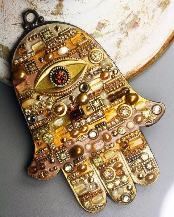 Michal Golan Tonal de colores tierra con acentos de oro muro mosaico Hamsa: