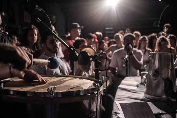 O Samba do Bule acontece toda última sexta-feira do mês, a partir das 22h30, no Teatro Popular União e Olho Vivo, no Bom Retiro. A entrada é gratuita, mas cada um pode contribuir colocando o quanto puder dentro do bule - que é passado de mão em mão. O valor sugerido é de R$5.