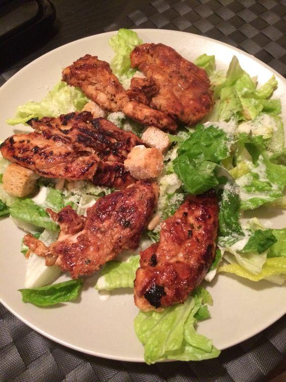 Caesar salad with grilled chicken tikka massala seasoning. salada caesar com frango grelhado e tempero tikka massala.