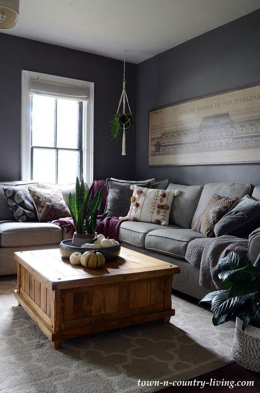 Einfache Herbstdekorideen Fur Das Familienzimmer Dunkelgraues Familienzimmer Gemalt In Moles Breat Dark Grey Living Room Family Room Paint Grey Family Rooms Dark gray living room decor