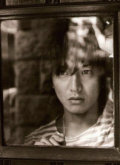 窓の外を眺める木村拓也