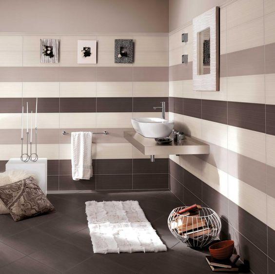 Välj olika färger inom samma serie och bryt upp väggen. Vill du ha ett lugnare intryck kan med fördel en större del av väggen kaklas i samma färg för att sedan ha ett randigt mönster längre upp eller ner.