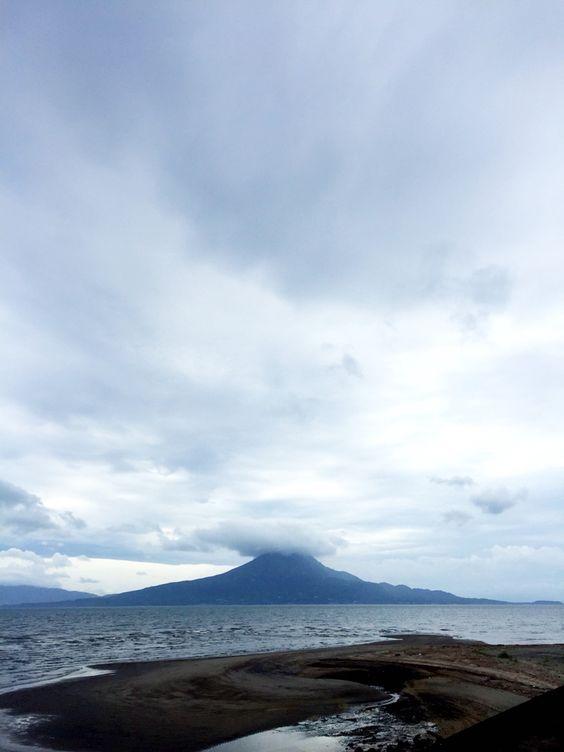 おはようございます(^o^)/  今日の桜島です。  天気は曇り。風が生温いです。  昨日の同窓会、楽しかったですね〜。  しかもボクシング部OB会のTシャツ、かなりの人気でした!  記念にOB会幹事メンバーでの集合写真撮影。これもまた記念になりますね。  今日も一日、元気に楽しんでいきましょう!