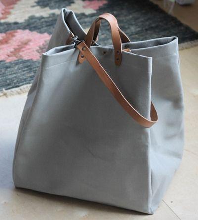 Uma bela bolsa de tecido grosso com alças de couro para mãos e ombros. Absolutamente clean. Inspiração.