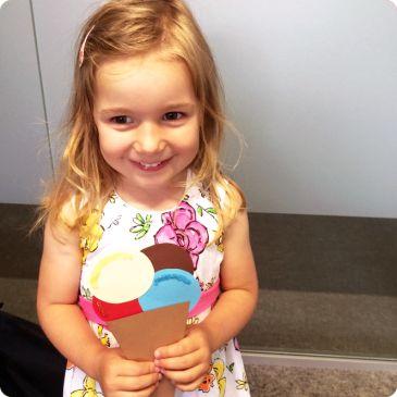 Eisparty - das perfekte Motto für einen Kindergeburtstag im Sommer! Sommer – Sonne – Eistüte! Wenn es draußen richtig schön warm ist, der See und das Wasser uns anlocken und Picknicks im Freien einfach Spaß machen – dann fehlt nur noch ein leckeres Eis, um unser Sommerfeeling perfekt zu machen! Und auch die Kleinen können von Eis gar nicht genug kriegen. Inspiration für deinen nächsten Kindergeburtstag findest du unter blog.balloonas.com