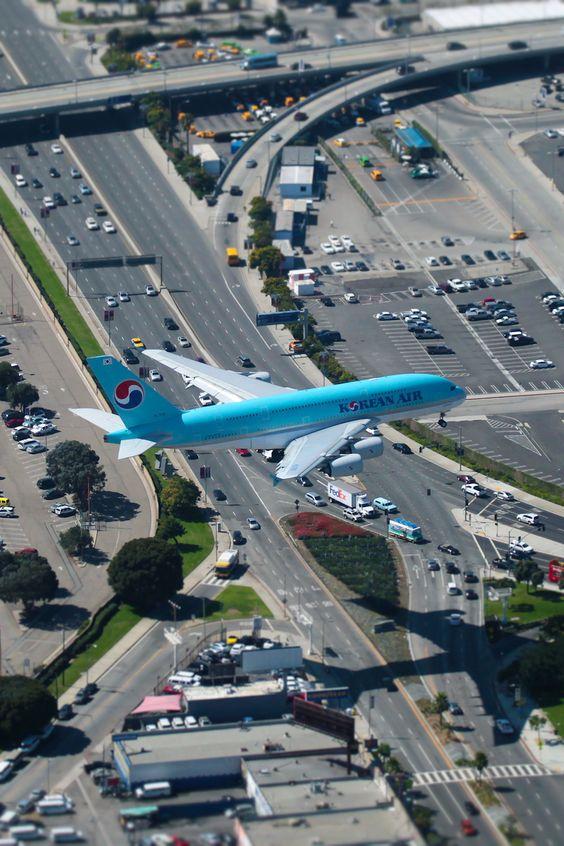 低めに飛ぶ飛行機