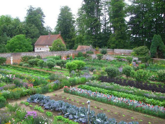Miromesnil. very pretty walled garden