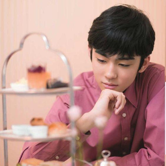 手を顎に当てて物思いに耽る八代目市川染五郎さんのかっこいい画像