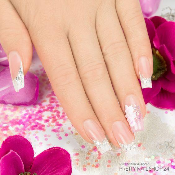 #trendstyle   #trend   #cremeweiß   #nails   #nailart   Auch ohne viel Farbe lassen sich Eure Nägel toll in Szene setzen. Hier mit Cremeweiß und Glitzer. Ein eleganter Schmucknagel peppt das Design zusätzlich auf. Ihr möchtet noch mehr Anregungen zu der Trendfarbe Cremeweiß? Kein Problem! Einfach hier klicken: http://www.prettynailshop24.de/shop/trendstyle/2015/april/trend-cremeweiss-perlen.html